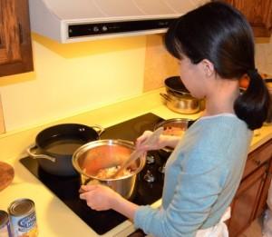 おすすめな安全なフライパンで調理する女性